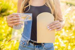 零的废概念 使用塑料或纸袋 零的废物,gree 免版税库存照片