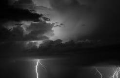 雷、闪电和雨在夏天期间猛冲 免版税库存照片