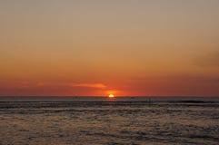 雷乌尼翁冰岛海滩日落太阳落 免版税库存图片