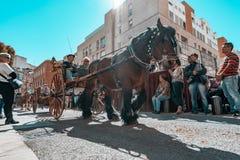 雷乌斯,西班牙 2019年3月:拉扯教练的马在特雷斯坟茔节日列队行进的市中心附近 免版税库存照片