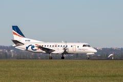 雷克斯地方明确航空公司绅宝在悉尼机场的340架有双发动机的地方往返运输航空机 免版税图库摄影