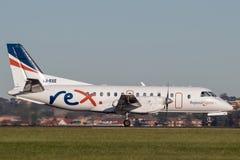 雷克斯地方明确航空公司绅宝在悉尼机场的340架有双发动机的地方往返运输航空机 免版税库存图片