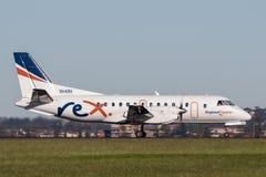 雷克斯地方明确航空公司绅宝在悉尼机场的340架有双发动机的地方往返运输航空机 图库摄影