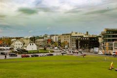 雷克雅未克,冰岛首都都市风景  与现代大厦和起重机的街道视图 免版税库存图片