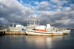 雷克雅未克,冰岛- 2017年10月14日:在海岸的海船在多云天空 在海码头的船在小村庄 水运输和 免版税图库摄影