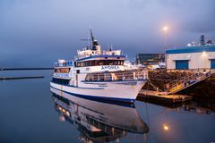 雷克雅未克,冰岛- 2017年10月14日:在海码头的游轮在黄昏 在海岸的船在晚上天空 水运输和tran 免版税库存照片
