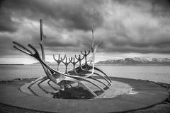 雷克雅未克,冰岛- 4月03 :Solfar雕塑(太阳航海者) i 免版税库存图片