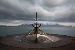 雷克雅未克,冰岛- 4月03 :Solfar雕塑(太阳航海者) i 免版税图库摄影