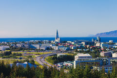 雷克雅未克,有港口和地平线山和风景的在城市之外,看的f冰岛美好的超级广角鸟瞰图  免版税库存照片