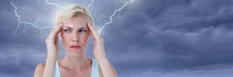 雷击和被注重的妇女有拿着头的头疼的 免版税库存图片