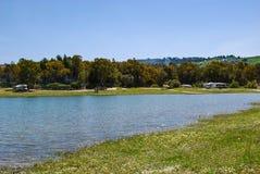 雷加尔布托,意大利- 2012年5月01日:Pozzillo湖在美丽的西西里人的镇 库存照片