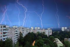 雷和闪电在城市 莫斯科 俄国 长的商展 免版税图库摄影