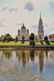 雷宾斯克镇,俄罗斯建筑学  1824年被创办的大教堂工厂意味nevyansk责任人pyatiprestolny石变貌yakovlev 免版税库存图片