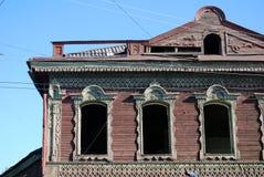 雷宾斯克镇,俄罗斯建筑学  被放弃的木房子 免版税库存图片