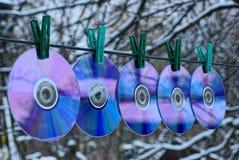雷射唱片行在晒衣夹的一根导线垂悬在街道上 库存照片