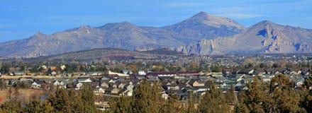 雷德蒙德,俄勒冈,从分叉的垫铁小山 免版税库存照片