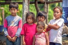 洛雷托省,秘鲁- 1月02 :摆在为加州的未认出的地方孩子 免版税库存图片
