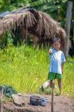 洛雷托省,秘鲁- 1月02 :摆在为加州的未认出的地方孩子 免版税库存照片