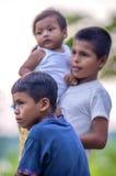 洛雷托省,秘鲁- 1月02 :摆在为加州的未认出的地方孩子 库存图片