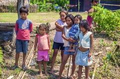 洛雷托省,秘鲁- 1月02 :摆在为加州的未认出的地方孩子 免版税图库摄影