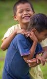 洛雷托省,秘鲁- 1月02 :获得未认出的地方的孩子乐趣 库存图片