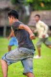 洛雷托省,秘鲁- 1月02 :踢橄榄球的未认出的本机 免版税库存照片