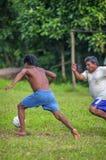洛雷托省,秘鲁- 1月02 :踢橄榄球的未认出的本机 图库摄影