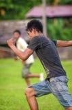 洛雷托省,秘鲁- 1月02 :踢橄榄球的未认出的本机 库存照片