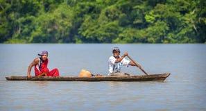 洛雷托省,秘鲁- 1月02 :钓鱼在河的未认出的本机在亚马逊雨林里, 2010年1月02日在洛雷托省,秘鲁 库存照片