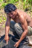 洛雷托省,秘鲁- 1月02 :钓鱼在ri的未认出的本机 免版税图库摄影