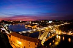 雷斯桥梁我在杜罗河河和波尔图,葡萄牙的晚上 免版税库存图片