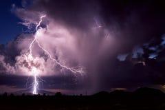 雷暴与动乱的预兆的雷电罢工 免版税库存照片