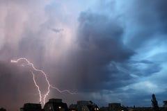 雷暴光 从云彩的明亮的闪电雷暴闪闪发光 危险电子闪光 Levin或发出火花 库存照片