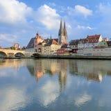 雷根斯堡大教堂和石头桥梁在雷根斯堡,德国 库存图片
