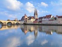 雷根斯堡大教堂和石头桥梁在雷根斯堡,德国 免版税图库摄影