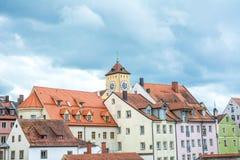 雷根斯堡老镇河的多瑙河在一多云天,巴伐利亚,德国 免版税库存图片