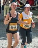 雷根斯堡马拉松2018年-雷根斯堡,德国的参加者在老市政厅的 免版税库存图片