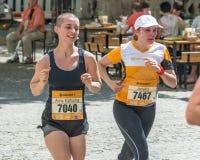 雷根斯堡马拉松2018年-雷根斯堡,德国的参加者在老市政厅的 免版税库存照片