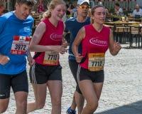 雷根斯堡马拉松2018年-雷根斯堡,德国的参加者在老市政厅的 库存照片