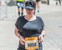 雷根斯堡马拉松2018年-雷根斯堡,德国的参加者在老市政厅的 库存图片
