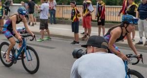 雷根斯堡,巴伐利亚,德国, 2017年8月06日,第28雷根斯堡三项全能2017年,为r的摄影师自行车竟赛者照相 库存图片