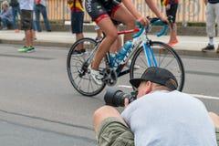 雷根斯堡,巴伐利亚,德国, 2017年8月06日,第28雷根斯堡三项全能2017年,为r的摄影师自行车竟赛者照相 免版税图库摄影