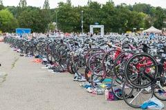 雷根斯堡,巴伐利亚,德国, 2017年8月06日,第28雷根斯堡三项全能2017年,赛跑在介绍区域骑自行车 免版税图库摄影