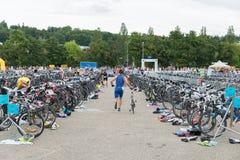 雷根斯堡,巴伐利亚,德国, 2017年8月06日,第28雷根斯堡三项全能2017年,赛跑在介绍区域骑自行车 库存图片