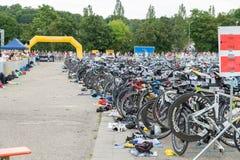 雷根斯堡,巴伐利亚,德国, 2017年8月06日,第28雷根斯堡三项全能2017年,赛跑在介绍区域骑自行车 免版税库存照片