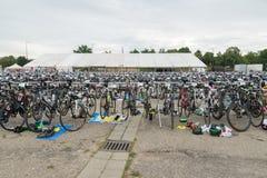 雷根斯堡,巴伐利亚,德国, 2017年8月06日,第28雷根斯堡三项全能2017年,赛跑在介绍区域骑自行车 库存照片