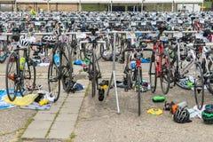 雷根斯堡,巴伐利亚,德国, 2017年8月06日,第28雷根斯堡三项全能2017年,赛跑在介绍区域骑自行车 免版税库存图片