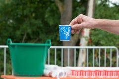 雷根斯堡,巴伐利亚,德国, 2017年8月06日,第28雷根斯堡三项全能2017年,赛跑者采取塑料杯子用水 免版税库存照片