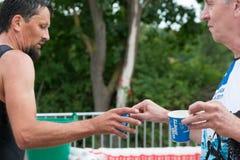 雷根斯堡,巴伐利亚,德国, 2017年8月06日,第28雷根斯堡三项全能2017年,赛跑者采取塑料杯子用水 免版税库存图片