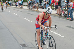 雷根斯堡,巴伐利亚,德国, 2017年8月06日,第28雷根斯堡三项全能2017年,赛马跑道的自行车竟赛者 图库摄影